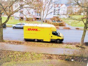 Aktienanalyse Ein Lieferwagen von DHL im Einsatz. Die Deutsche Post verdient in der Corona Krise so viel nie zuvor.